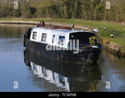 Narrowboat approaching a lock near Tring Reservoirs, on The Grand Union Canal, Aston Clinton, Buckinghamshire / Hertfordshire Border, England, UK - Stock Image