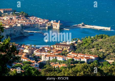 France, Pyrenees Orientales, Cote Vermeille, Collioure, the Royal Castle and Notre-Dame-des-Anges church - Stock Image