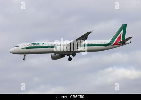 Alitalia Airbus A321 I-BIXS on approach to Heathrow : cloudy sky - Stock Image