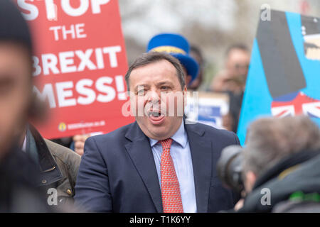 London, UK. 27th March 2019, Arron Banks, co founder of Leave EU being chased by anti Brexit protesters in Westminster, London, UK. Credit: Ian Davidson/Alamy Live News - Stock Image