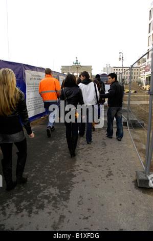 tourists building site brandenburg gate pariser platz berlin germany deutschland real travel - Stock Image