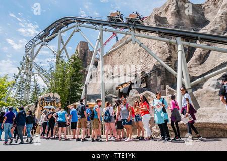long line up amusmeent park ride summer - Stock Image