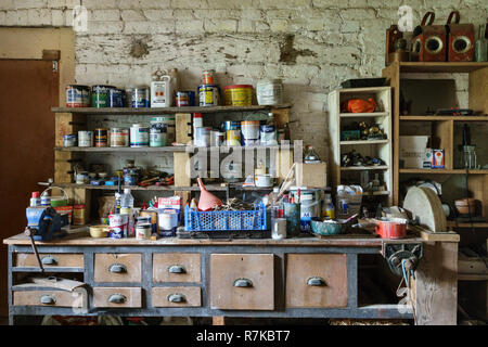 UK. A cluttered workbench in an old shed - Stock Image