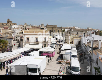 The hilltop town of Miglionico in Basilicata, Southern Italy on market day - Stock Image