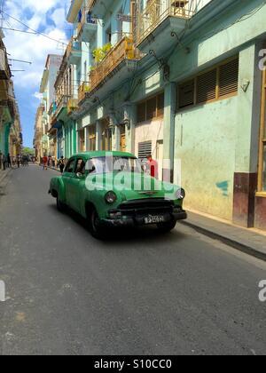 Havana street scene with old American car - Stock Image