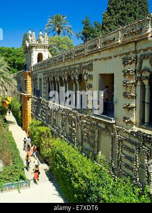 Tourist's in the Alcazar garden in Seville - Stock Image