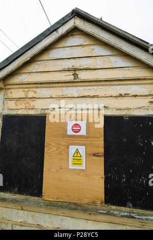 Trackside cabin danger asbestos - Stock Image