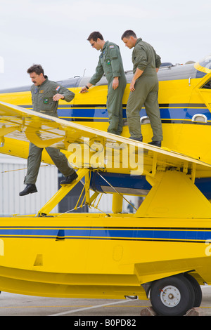 Air Tractor AT 802 A 'Fire Boss' and three mechanics, Zemunik AFB, May 17, 2008 - Stock Image