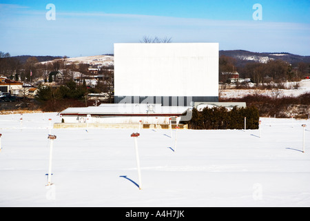 BILLBOARD, BUILDING, SKY, COPY SPACE, COPY, ADVERTISING, WINDOWS, BRICKS, OLD, TENEMENT, SIGN, COMMUNICATIONS, BLANK - Stock Image