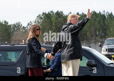 U.S First Lady Melania Trump and President Donald Trump wave as they depart after viewing damage from a massive tornado March 8, 2019 in Lee County, Alabama. The region was hit by a tornado on March 3rd killing 23 people. - Stock Image