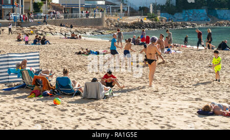 Benidorm, Spain. 30 December 2018. British tourists mix with locals on the beaches and in the bars and restaurants as they escape the cold British weather and head south to Spain. High temperatures meant that the beaches were busy from early morning with families enjoying the calm sea and temps of about 17 Celsius. Hotel occupancy is 90% for the Christmas and New Year period in this popular Spanish resort. Credit: Mick Flynn/Alamy Live News - Stock Image