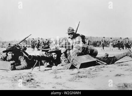 US Marines operating a Lewis Machine Gun ca. 1917-1918 - Stock Image