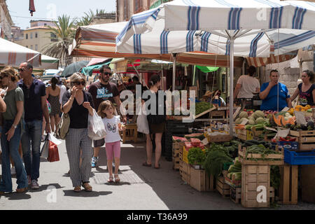 Shoppers and market stalls at old street market - Mercado -  in Ortigia, Syracuse, Sicily - Stock Image