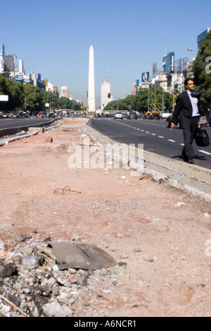 Business man walking down the Avda. 9 de julio with the Obelisco in the background - Stock Image