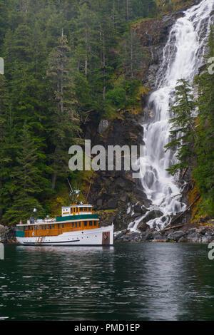 M/V Discovery, Kasnyku Falls, Tongass National Forest, Alaska. - Stock Image