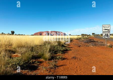 Wide-angle view of Uluru, as viewed from inside the Uluru–kata tjuta National Park, Northern Territory, Australia - Stock Image