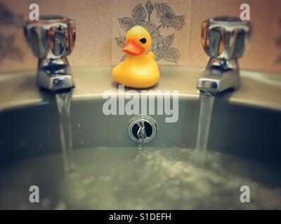 Rubber duck in a retro bathroom - Stock Image