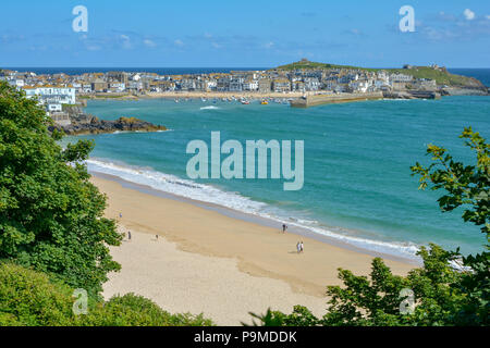 View towards St Ives with Porthminster Beach in foreground and St Ives town and Island Peninsula in the background, St Ives, Cornwall, - Stock Image