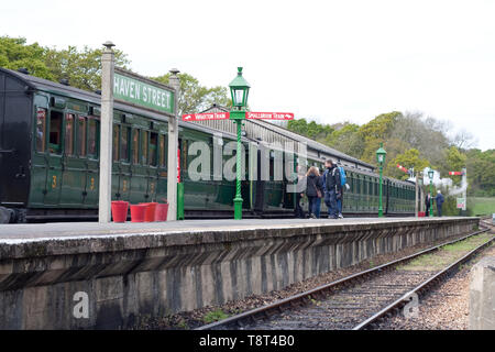 Carriages pulIed by locomotive 41313 on the platform at Haven Street station, part of the Isle of Wight steam railway - Stock Image
