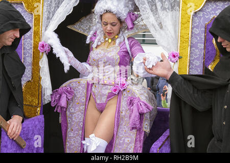 Real Imperatriz samba school - D'Artagnan e os Tres Mosqueteiros, Milady in sedan chair helped by two men in black capes - Mealhada Carnaval, Portugal - Stock Image