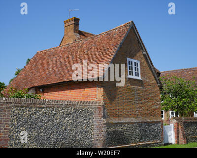Stone Wall, Rural House, with White Gate, North Stoke, Oxfordshire, England, UK, GB. - Stock Image