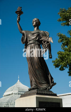 Hygeia, Greek Goddess of health, daughter of Asclepius, the Greek god of medicine, stands near the Phipps Conservatory and Botanical Gardens. - Stock Image