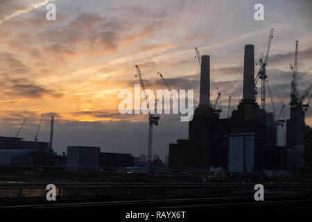 A beautiful sunrise with Battersea Power Station in the foreground - Stock Image