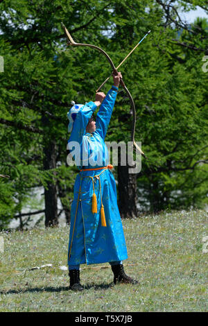 Naadam Festival in Khatgal, Mongolia. Young female archer - Stock Image