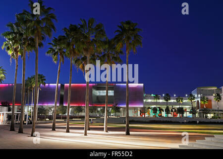 Tampa Museum of Art, in Curtis Hixon park, Tampa, Florida, at night. - Stock Image