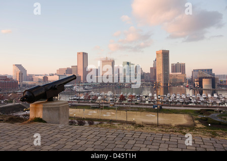 Cannon on Federal Hill pointed towards the Inner Harbor in Baltimore, Maryland, USA - Stock Image