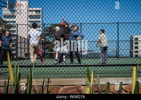Locals playing basketball at Russia Hill Park in San Fransisco. - Stock Image