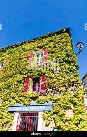 Typical ivy covered building in the village of Grimaud, Var, France.  In the South of France - Stock Image