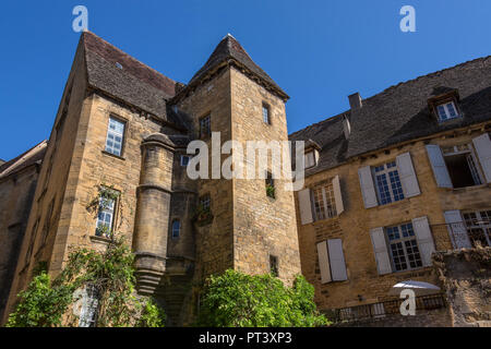 Historic medieval buildings in the old town of Sarlat (Sarlat-la-Caneda) in Preigord in the Dordogne in the Nouvelle-Aquitaine region of France. Becau - Stock Image