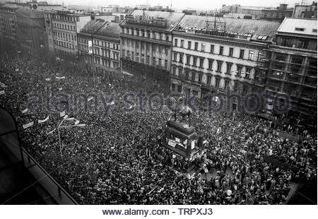 Czechoslovakia, Prague,1989 during the Velvet Revolution, the fall of communism in Eastern Europe. Celebrating the fall of the communist government by in Wenceslas Square around the statue of King Wenceslas.. COPYRIGHT PHOTOGRAPH BY BRIAN HARRIS  © 07808-579804 - Stock Image