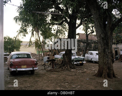 The picture shows a classic cars in the back of a house in Havanna, Cuba, March 2004. Photo: Ilan Hamra - Stock Image