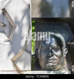 Bust of Soviet Premier Nikita Khrushchev at his gravesite in Novodevichy Cemetery, Moscow, Russia - Stock Image