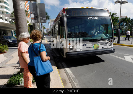 Public transportation, women waiting for a bus, Condado, San Juan, Puerto Rico - Stock Image