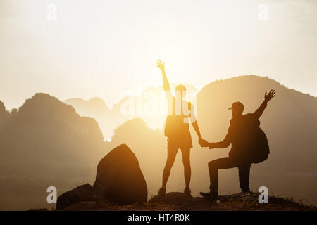 Couple backpackers hikers mountains sunset - Stock Image