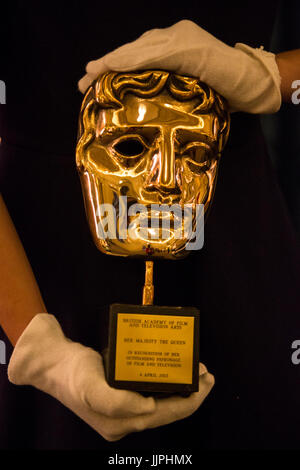 *** EMBARGOED to 00:01 BST, FRIDAY, 21 JULY 2017 *** Pictured: BAFTA Award presented to The Queen for her outstanding - Stock Image