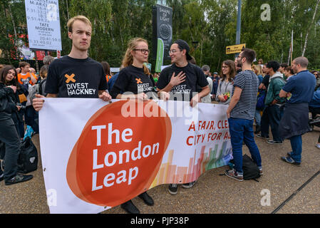London, UK. 8th September 2018. Climate Reality supporters hold a banner for 'The London Leap' at a rally in front of Tate Modern, one of thousands around the world demanding urgent action by government leaders to leaders commit to a fossil free world that works for all of us.  community leaders, organisers, scientists, s Credit: Peter Marshall/Alamy Live News - Stock Image