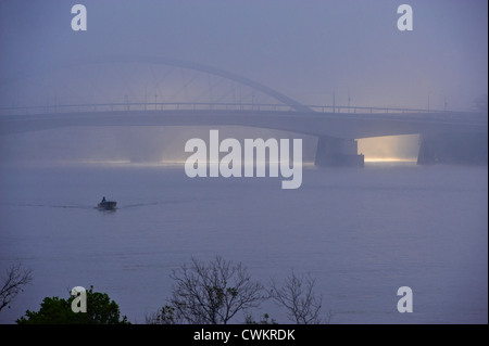 Merivale Bridge, Milton Reach of the Brisbane river in early morning fog, Brisbane Australia - Stock Image