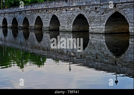 Clopton Bridge across the River Avon in Stratford upon Avon, Warwickshire is a grade 2 listed structure from medieval times. - Stock Image