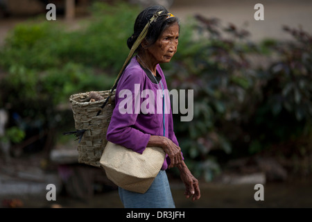 A Hanunoo Mangyan woman walks to a Mangyan market near Mansalay, Oriental Mindoro, Philippines. - Stock Image