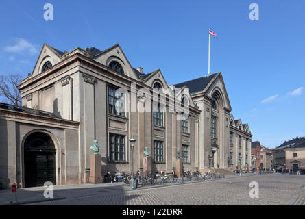 The main building of Copenhagen University at Nørregade / Vor Frue Plads in central Copenhagen, Denmark. Busts of 6 famous scientists in front. - Stock Image