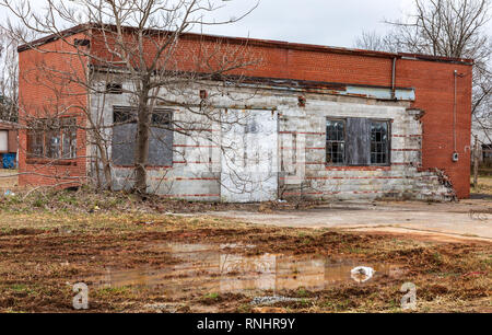 HICKORY, NC, USA-2/17/19: A small brick garage or industrial building sets abandoned, and deteriorating. - Stock Image
