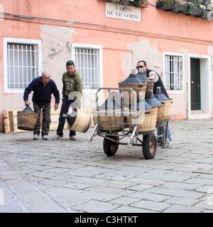 Wine delivery, Campo de le Gorne, Venice, Italy - Stock Image