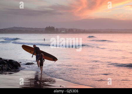 Surfers at Byron Beach in Byron Bay. - Stock Image