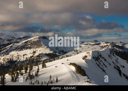 Snow-covered ridge in the Sierra Nevada Mountains, Tahoe National Forest, California, USA - Stock Image