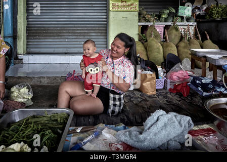 Working Mother with child. Thailand market - Stock Image