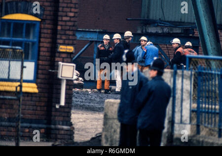 Dinnington Main Colliery, South Yourshire, England. During the Miners strike of 1984 and 1985 Miners seen here members of NACODS return to work towards the end of the NUM strike in 1985 Dinnington Main Colliery was a coal mine situated in the village of Dinnington, near Rotherham, South Yorkshire, England.  Until the coming of the colliery Dinnington was a mainly agricultural village with a small amount of quarrying in the area.  In 1899 preparations were being made by the Sheffield Coal Company to sink a new colliery at Dinnington. The company did not have the resources to complete the work a - Stock Image